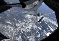 Tässä ei olla B-2:n kyydissä, vaan Boing KC-135 Stratotanker:in kyydissä ja tankataan B-2:sta.