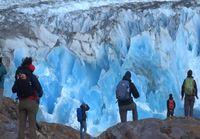 Sininen jäätikkö murtuu