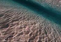 Aaltoja veden alta sekä päältä kuvattuna