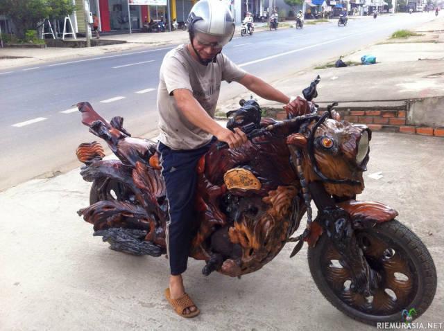 Puinen moottoripyörä