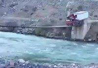 Kuorma-autolla sillan yli