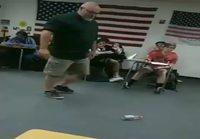 Opettaja kikkailee