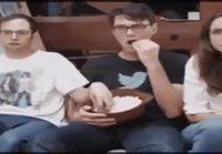 Popcornin syöminen