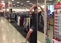 Tekemistä kauppakeskuksessa samalla kun emäntä shoppailee
