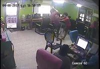 Käärme hyökkää pojan kimppuun nettikahvilassa
