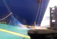 Laiva kolaa ajorampillaan trukin ja kasan kontteja