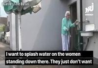 Mummoa ärsyttää alakerran naiset