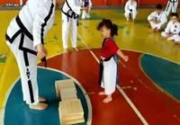 Pikkutytön taekwondomurskaustaidot