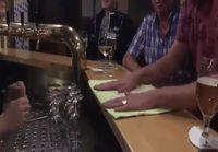 Mies opettaa miten lautasliina taitellaan