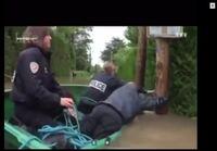 Poliisit veneilee tulvassa