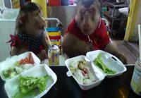 Apinat ulkona syömässä