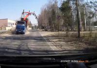 Nosturiauto vetää rakennelman nurin Venäjällä