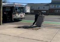 Bussipysäkillä pankkiautomaatin kanssa