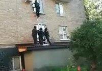 Venäjän poliisit rynnäköi asuntoon