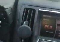 Rakastunut äiti soittaa radioon uusien treffien perään.