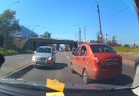 Nainen ajaa vastaantulijoiden kaistalla Pietarissa