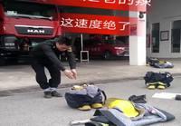 Kiinalainen palomies pukee varusteet päälleen