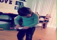 Poika testaa lelupyssyä