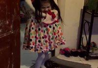 Pikkutytön kuumottava asu halloweenina