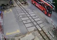 Bussi kolaroi rautatiepuomiin