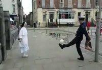 Poliisi ja nunna pallottelee