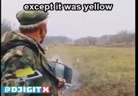 Mies selittää auto onnettomuuden