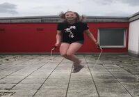 Tyttö hyppii.