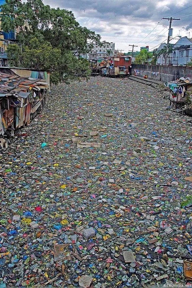 Citarum River, Indonesia. Most polluted river in the world. - Ei hauska kuva, mutta ajattelun aihetta. Muistakaa sitten sytyttää takka yläpuolelta, ettei tule hiukkaspäästöjä.