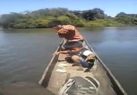 Pikkupojat kalastaa