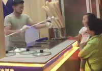 Pikkulapsi ei arvosta jäätelömyyjän kikkailua