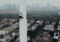 Nainen kiipeää korkealle