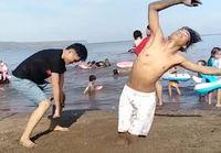 Pojat häröilee rannalla